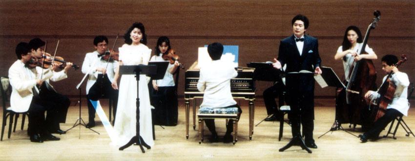 「奥様女中」を演奏する小鉄さん、テレマンのメンバーと池田さん