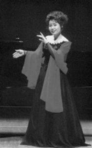 「キャバレーソング」を歌う京子さん